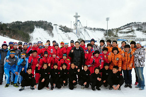 President Lee meets with athletes from the national team at Alpensia Resort on January 17