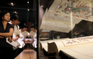 People looking at the Uigwe at the National Museum of Korea's special exhibition (Yonhap News)