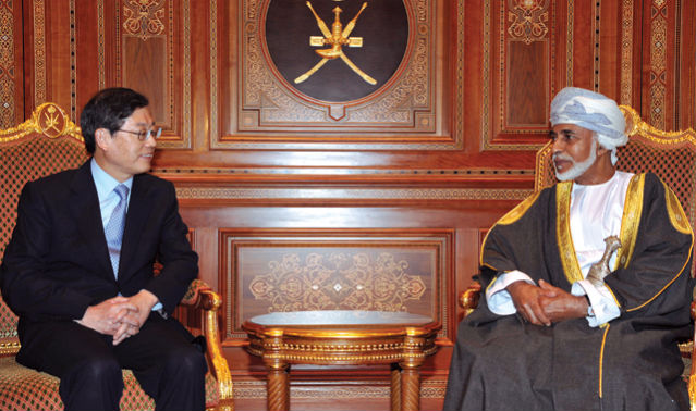 Prime Minister Kim Hwang-sik (left) met with Sultan Qaboos bin said Al Said (right) in Oman on January 14