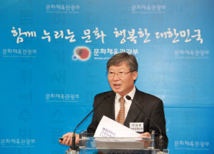 Chairman Park Young-dae speaking to journalists at a press conference on May 3
