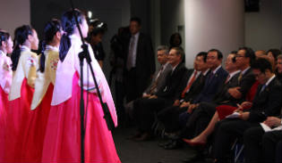 The audience watching the Korean children singing folk songs at an event to mark the opening of the new center on Apr. 4 (Yonhap News)