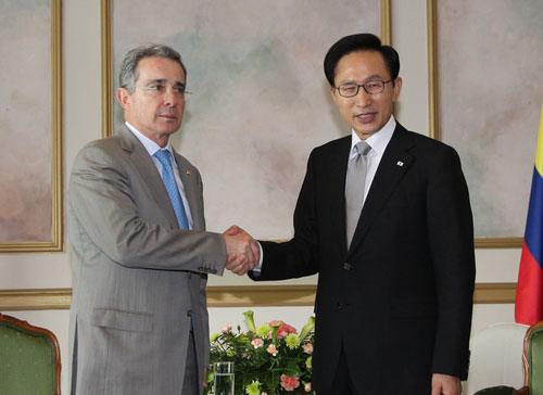 Colombian President Alvaro Uribe (left) and Korean President Lee Myung-bak shaking hands at the Korea-SICA summit meeting in Panama on Wednesday (Jun. 30) (Photo: Yonhap News)