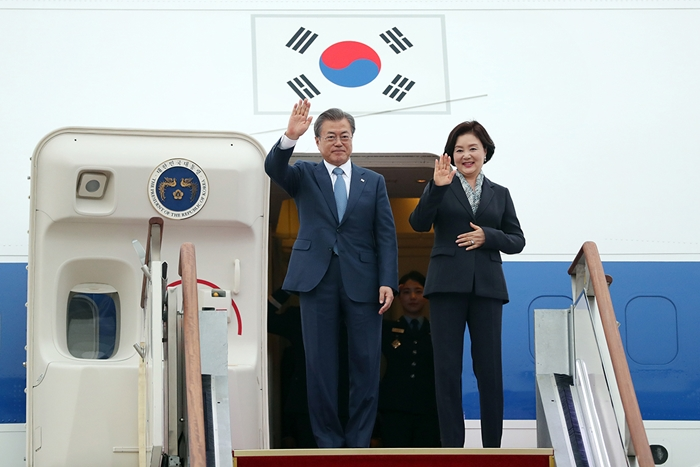 President Moon Jae-in (left) and first lady Kim Jung-sook on April 23 arrive at Seoul Airport in Seongnam, Gyeonggi-do Province, after completing their three-nation tour of Central Asia.