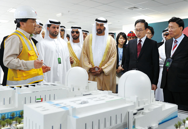 The inauguration ceremony for the construction of a Korean-style nuclear power plant in the UAE was attended by Korean President Lee Myung-bak and Crown Prince Sheikh Mohammed Bin Zayed of Abu Dhabi, where the two leaders listen to a worker from Korea Electronic Power Corporation