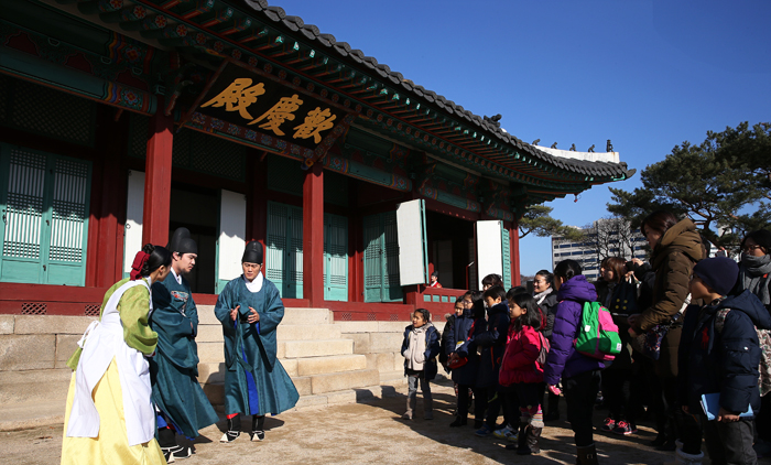 A reenactment of the daily lives of people in the palace has received big attention from visitors (photo: Jeon Han).