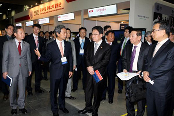 Minister Yoon Sang-jick of Trade, Industry and Energy learns about the current status of imports and exports at the Global Business Plaza 2013 on April 16 (photo: Ministry of Trade, Industry and Energy).