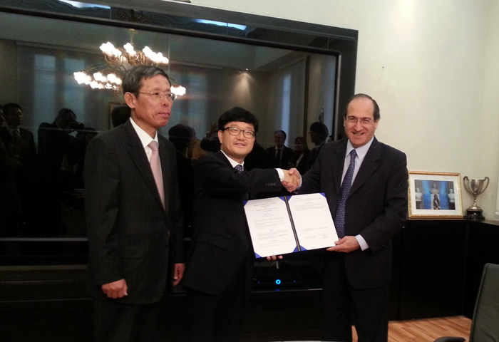 KFS Minister of Shin Won-sop and Argentine Vice Minister Lorenzo Ricardo sign an MOU on forestry cooperation on August 12 (photo courtesy of KFS).