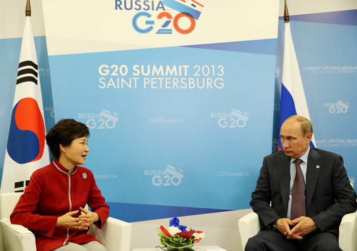 President Park Geun-hye and Russian President Vladimir Putin had a summit meeting on September 6 (photo courtesy of Cheong Wa Dae).