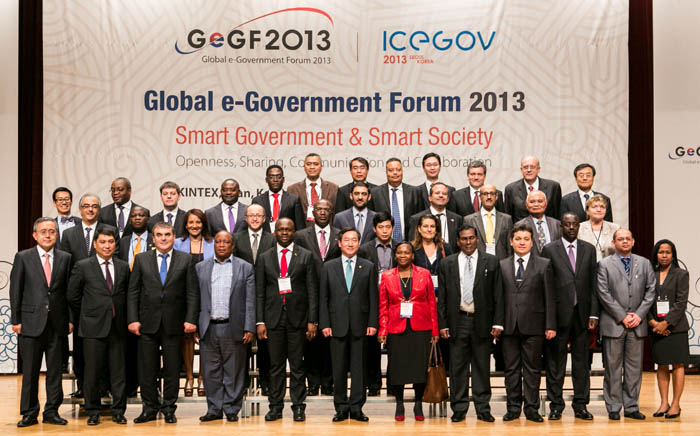 Wrapping up the Global e-Government Forum 2013 on October 23, participants pose for a group photo. (photo courtesy of MOSPA)