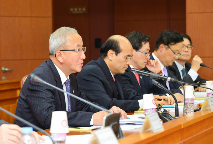 "Minister Hyun Oh-seok (left) of the Ministry of Strategy and Finance announces his department's mid- to long-term ""ICT WAVE"" strategy at the 23rd ministerial meeting. (photo courtesy of the Ministry of Strategy and Finance)"