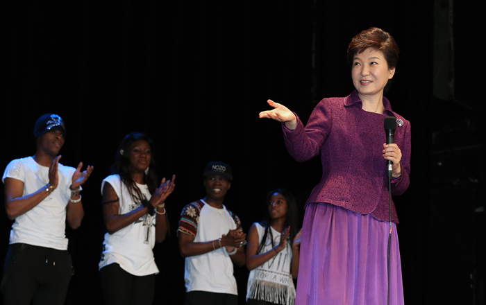 President Park Geun-hye shows up at the Korean drama party on November 3 during her state visit to France. (photo: Cheong Wa Dae)