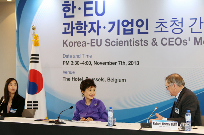 President Park Geun-hye (center) talks with Professor Richard Hunt at the Korea-EU Scientists and CEOs' Meeting on November 7. (photo: Cheong Wa Dae)