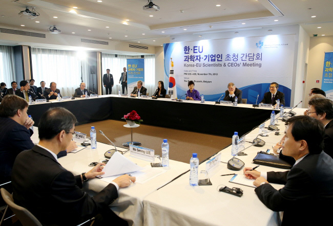 President Park Geun-hye exchanges ideas with participants at the Korea-EU Scientists and CEOs' Meeting. (photo: Cheong Wa Dae)