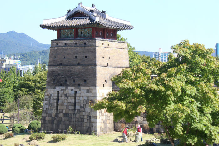 The Hwaseong Fortress in Suwon is on UNESCO's world heritage list. Built during the Joseon Dynasty, the fortress shows a mixture of both Eastern and Western military technologies.