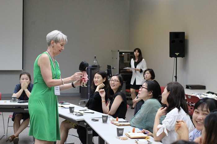 Liesbet Ruben offers a workshop at the National Museum of Korea during her visit to Seoul from July 14 and 19. (photo: Wi Tack-whan)