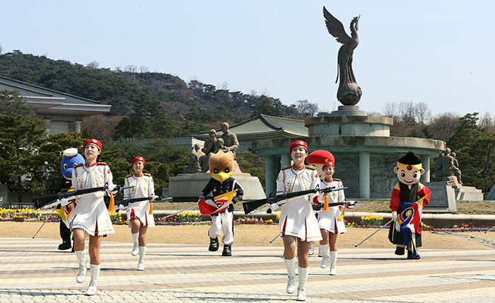 A variety of cultural events take place in the square in front of Cheong Wa Dae. Pictured is a guard inspection ceremony. (photos: Jeon Han)