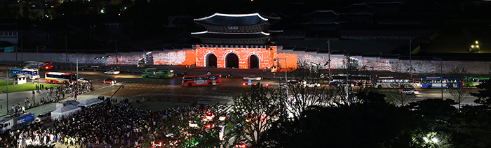Gwanghwamun Square seen in the daytime (above) and nighttime (below). It is where both the traditional and modern aspects of Korea exist. (photos: Jeon Han)
