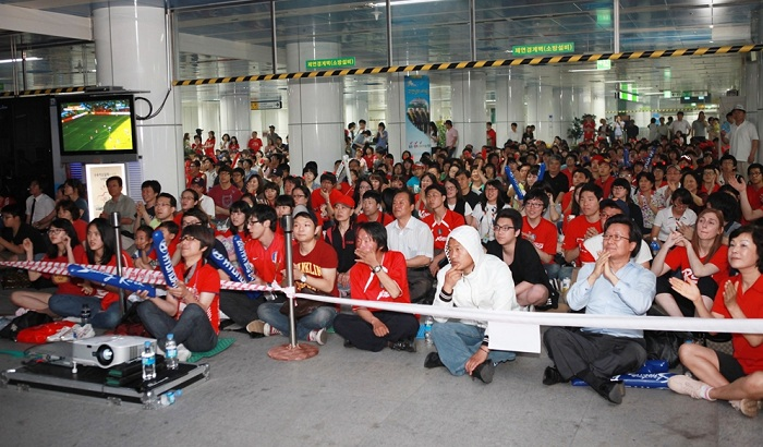 Seoul citizens gather at Sports Complex Station on line number two to cheer for the Korean team at one of the games during the 2002 World Cup. (photo courtesy of Seoul Metro)