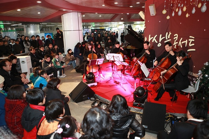 A music concert takes place at Christmas. (photos courtesy of Seoul Metro)