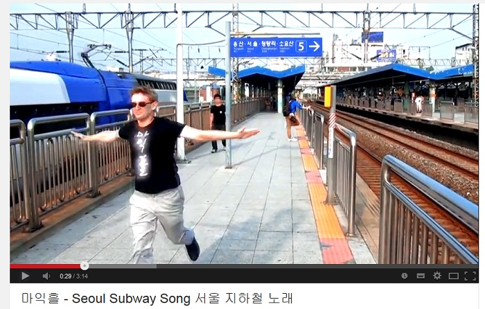 The music video of Seoul Subway Song created by Michael Aronson, a U.S. citizen living in Korea, attracted attention from Korean and non-Korean netizens.