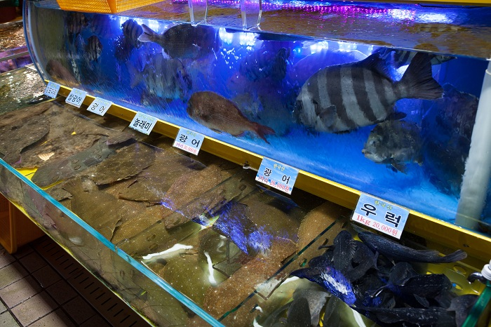 The Incheon Complex Fish Market offers fresh seafood for sale. (photos courtesy of the Korea Tourism Organization)