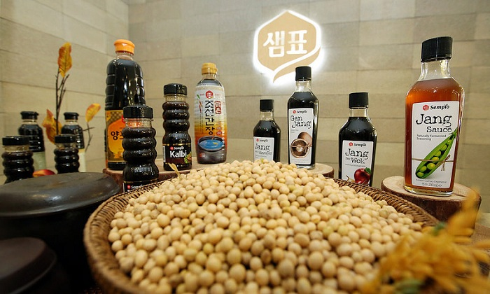 The Sempio Foods Company takes a leading role in the globalization of fermented sauces, as its line of soy sauce is made solely with naturally grown soy beans.