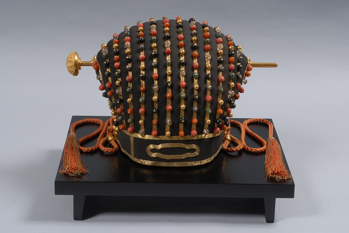 The crown of the Ryukyu King, from the Naha City Museum of History. The crown has an ornamental hairpin in the center.