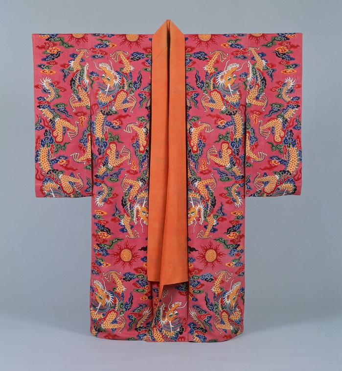 Royal garments made of <i>bingata</i> fabric were worn by the son of the king, from the Naha City Museum of History. The patterns of a phoenix and <i>hwayeomboju</i>, or flames, are dyed in a traditional Ryukyu style.