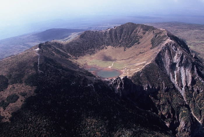 The Baekrokdam Crater is in the middle of Hallasan Mountain. Its beauty varies with each season.