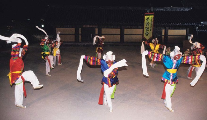 The eight monks dance together to the taryeong rhythm as part of the Eunyul mask dance.