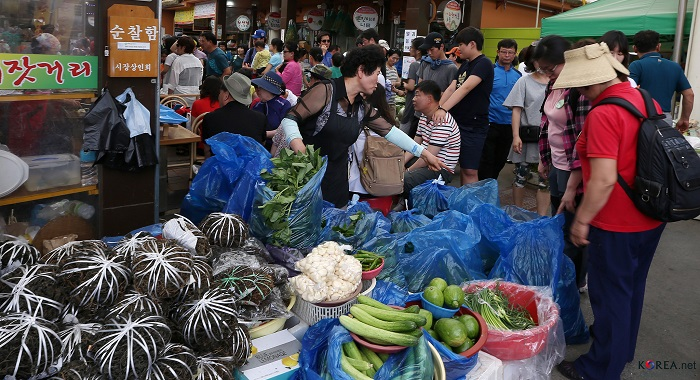 The Jeongseon Five-day Market is crowded with people who want to purchase local specialties, such as a type of wild green (<i>chwinamul</i>) and bracken(<i>gosari</i>).