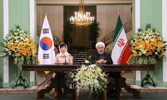 박근혜 대통령과 하산 로하니 대통령의 2일 한-이란 정상회담 결과물로 1962년 양국간 수교 이후 최초로 공동성명이 체텍됐다. 사진은 테헤란에서 한-이란 정상회담(위)과 공동 기자회견을 갖는 박 대통령과 로하니 대통령.