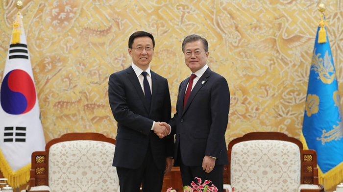 Han Zheng (left), a member of the Standing Committee of the Communist Party of China who is visiting Korea as a special envoy for Chinese President Xi Jinping, shakes hands with President Moon Jae-in at Cheong Wa Dae on Feb. 8. (Cheong Wa Dae)
