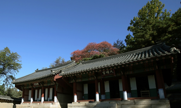The Daebingung Shrine (대빈궁, 大嬪宮), one of the seven shrines commemorating seven Joseon royal mothers located inside the Cheong Wa Dae complex, houses the ancestral tablet for Huibin from the Jang family (희빈 장씨, 禧嬪 張氏) (1699-1694), a royal concubine of King Sukjong (숙종, 肅宗) (1674-1720) and the mother of King Gyeongjong (경종, 景宗) (1688-1724). (Korea.net DB)