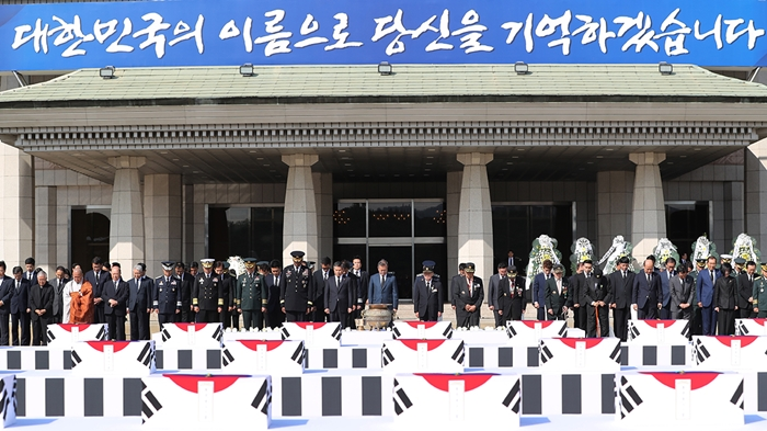 President Moon Jae-in and other authorities offer a silent tribute to the 64 fallen heroes that returned home at Seoul Airport in Seongnam, Gyeonggi-do Province on Oct. 1.