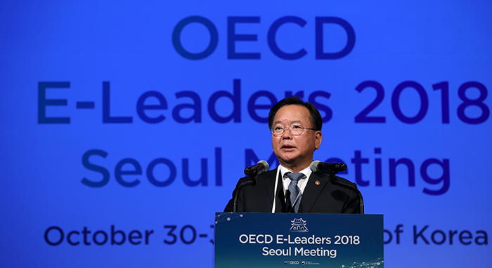 Minister of the Interior and Safety Kim Boo Kyum emphasizes the importance of digital transformation by actively applying new technologies to the public sector at the opening ceremony of the OECD E-Leaders 2018 Seoul Meeting at the Westin Chosun Hotel, Seoul, on Oct. 30.