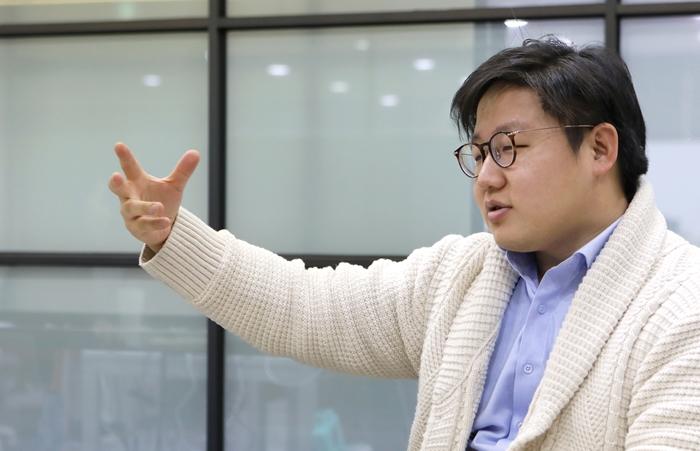서범석 루닛 대표가 지난해 12월 28일 서울 역삼구 루닛 본사에서 인공지능(AI)을 이용한 의료진단 소프트웨어를 설명하고 있다. 김순주 기자 photosun@korea.kr