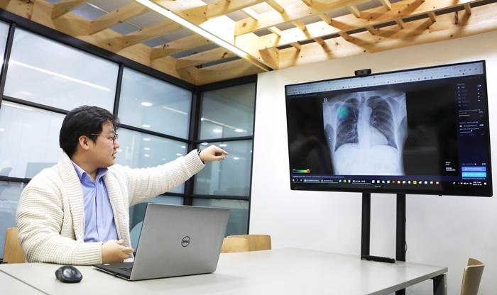 서범석 루닛 대표가 인공지능(AI)을 이용한 의료진단 소프트웨어인 루닛 인사이트(Lunit INSIGHT for Chest Radiography)를 시연하고 있다. 해당 소프트웨어에 분석을 원하는 데이터를 불러오면 이상 부위가 색상으로 표시된다. 김순주 기자 photosun@korea.kr