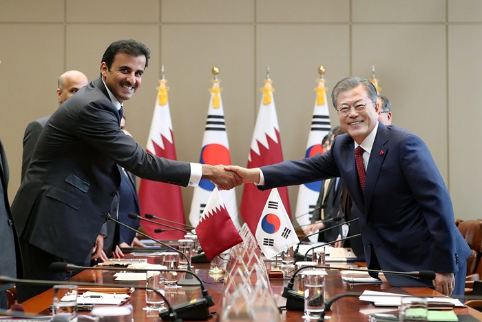 Qatari leader Sheikh Tamim ben Hamad Al Thani (left) and President Moon Jae-in on Jan. 28 shake hands before their summit at Cheong Wa Dae.