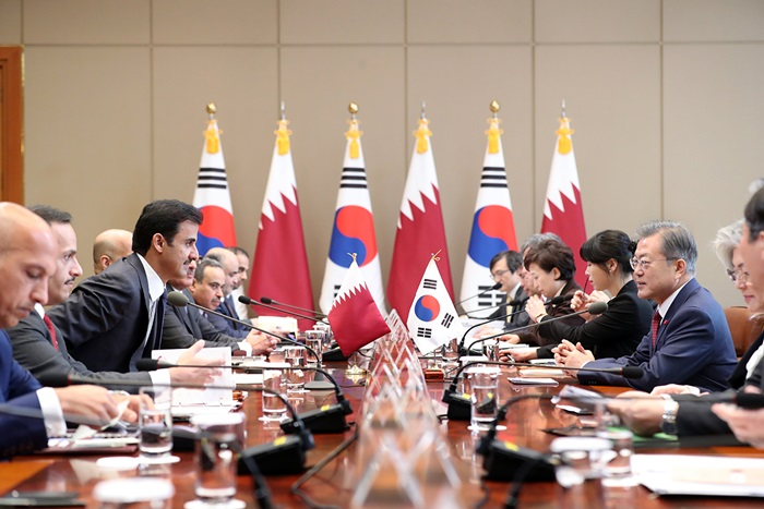 President Moon Jae-in (right) on Jan. 28 holds his first summit of the year with Qatari leader Sheikh Tamim ben Hamad Al Thani (third from left) at Cheong Wa Dae.