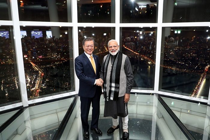 President Moon Jae-in (left) and Indian Prime Minister Narendra Modi on Feb. 21 pose for a photo with the night view in the background at Lotte World Tower in Seoul before their private dinner.