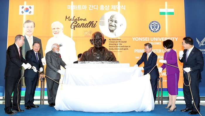 President Moon Jae-in and first lady Kim Jung-sook on Feb. 21 unveil a bust of Indian activist Mahatma Gandhi with Indian Prime Minister Narendra Modi at Yonsei University in Seoul.