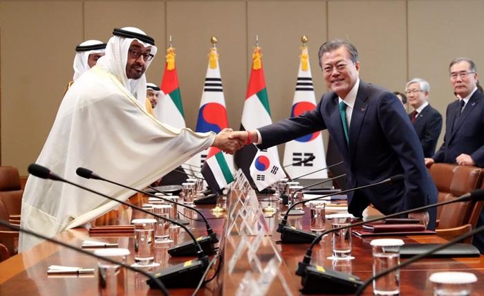 문재인 대통령(오른쪽)이 27일 청와대에서 모하메드 빈 자이드 알-나흐얀 아부다비 왕세제와 정상회담에 앞서 악수하고 있다.