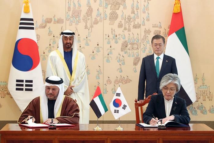 문재인 대통령(뒷줄 오른쪽)과 모하메드 빈 자이드 알-나흐얀 UAE 왕세제(뒷줄 왼쪽)가 27일 청와대에서 강경화 외교부 장관(오른쪽)과 안와르 가르가쉬 외교담당 특임장관이 특별전략 대화에 관한 양해각서에 서명하는 모습을 지켜보고 있다.