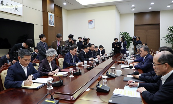 President Moon Jae-in (third from right) on March 4 chairs a National Security Council meeting at Cheong Wa Dae. (Cheong Wa Dae)