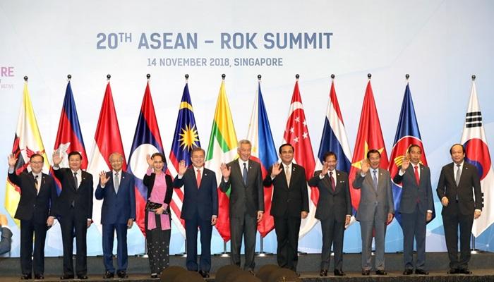 문재인 대통령(왼쪽에서 다섯 번째)이 지난해 11월 싱가포르 선텍컨벤션센터에서 열린 20차 한-아세안 정상회의에 참석해 각국 정상들과 자리를 함께했다. 올해 하반기 한국에서 열리는 한-아세안 특별정상회의는 문 대통령이 이때 제안해 성사됐다.