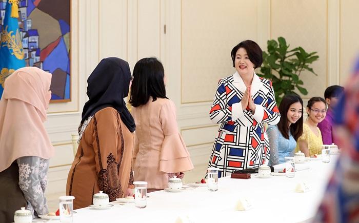 문재인 대통령 부인 김정숙 여사가 6일 오후 청와대에서 열린 아세안 3개국 유학생 초청 간담회에서 학생들과 인사하고 있다.