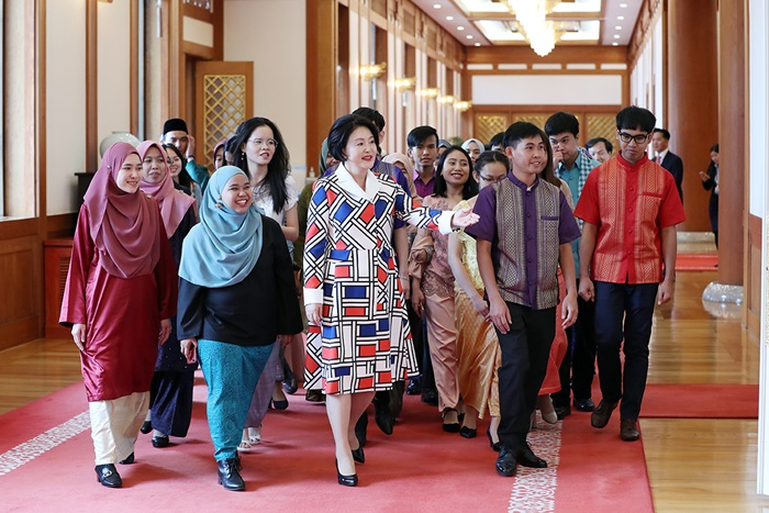 First lady hosts luncheon for int'l students from Brunei