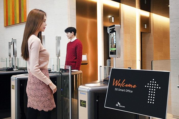Employees can enter a smart office without an ID card or fingerprint recognition through a 5G walk-through system in which cameras powered by artificial intelligence control entry and exit through facial recognition.