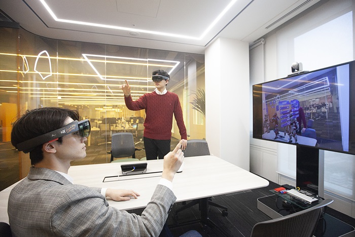 Staff in a 5G smart office can hold a virtual meeting by wearing AR glasses, using 3-D blueprints and watching a bulk data video in virtual spaces.